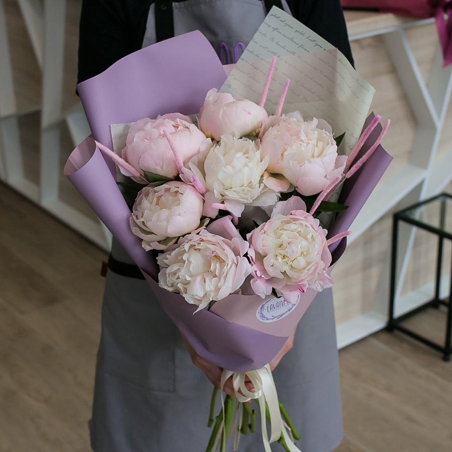 Пионы и розовый флеум в стильном оформлении