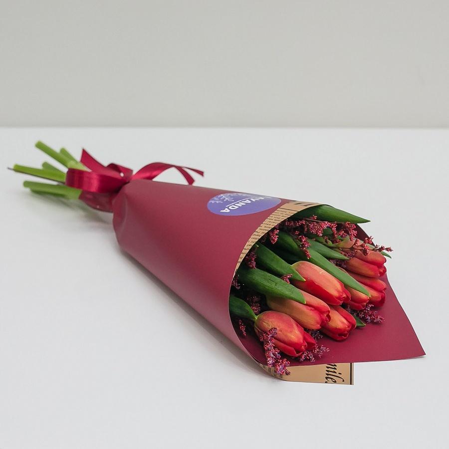 7 красных тюльпанов и лимониум