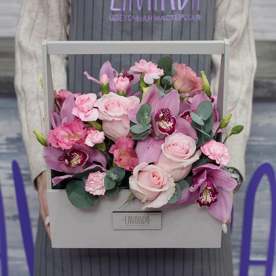 Розовая композиция цветов в сером ящике