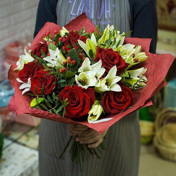 Букет красных роз с белыми лилиями