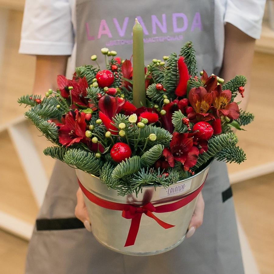 Новогодняя композиция с красными яблочками и свечей