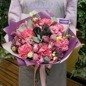 Букет розовых орхидей, эустом и диантусов с брасикой