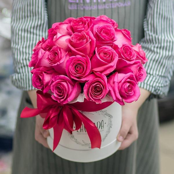 Коробочка ярких розовых роз