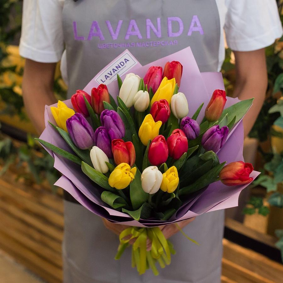 25 ярких тюльпанов в стильной пленке