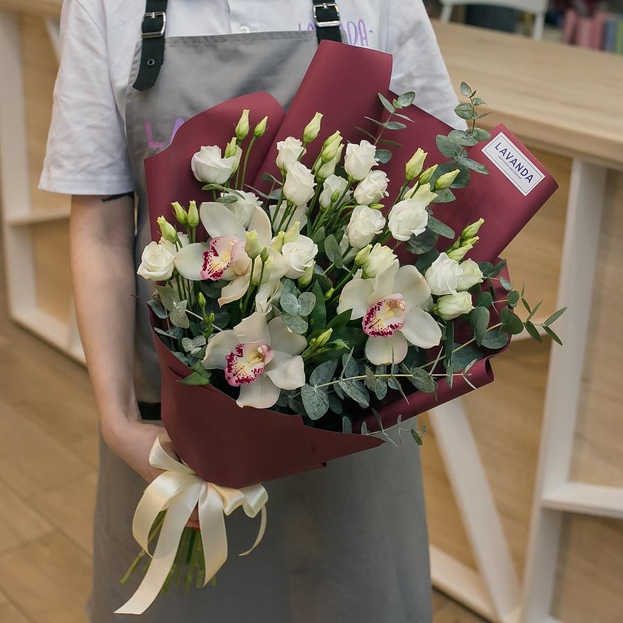 Букет белых орхидей и эустомы с эвкалиптом