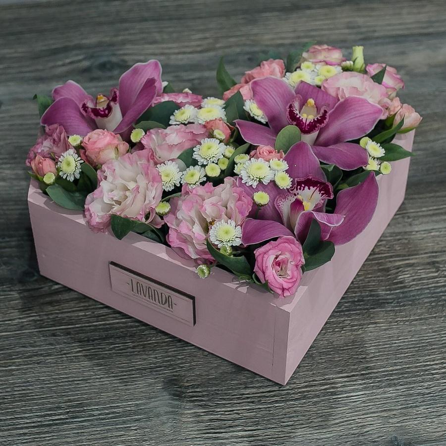 Розовая композиция в ящике с орхидеями