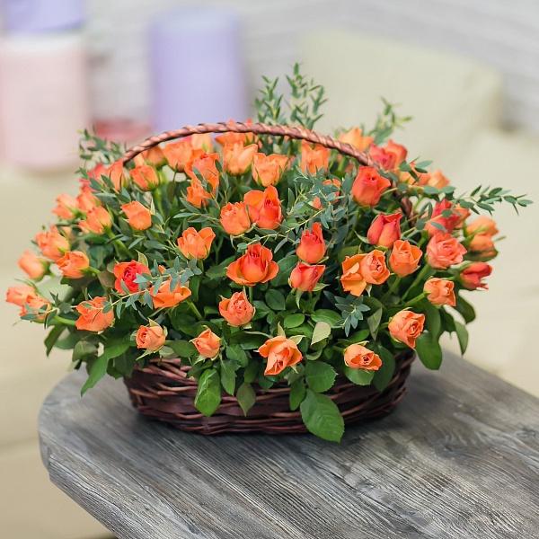 Цветочная корзина с оранжевыми розочками и эвкалиптом