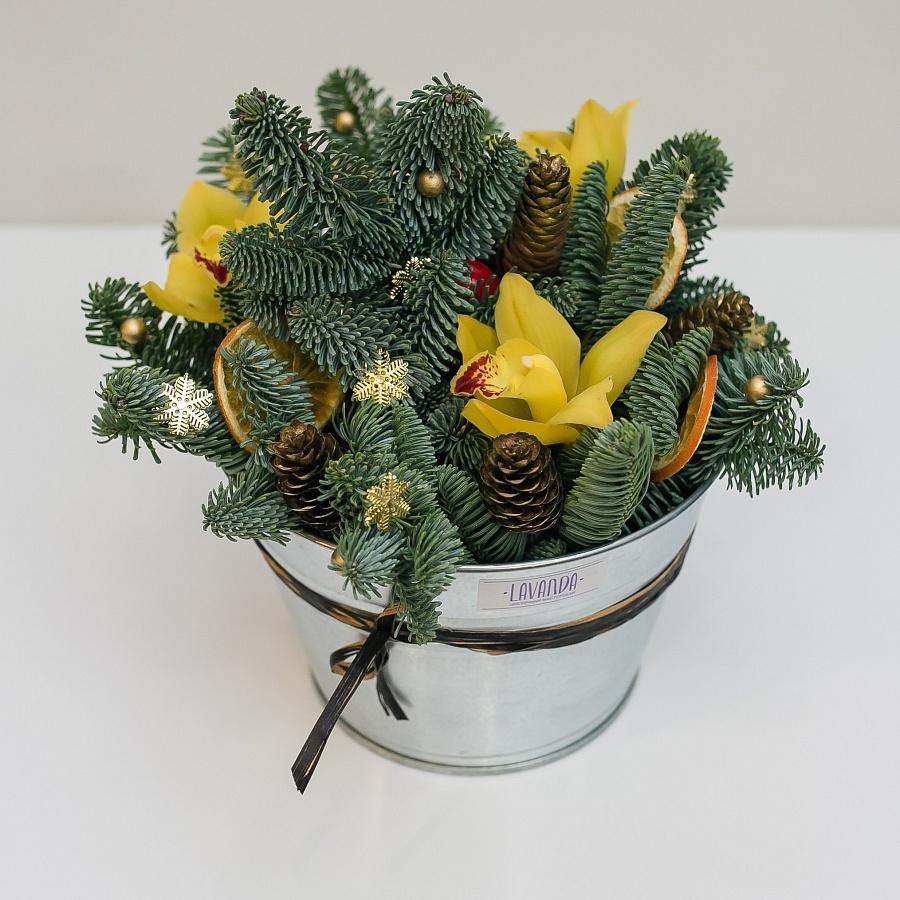Новогодняя композиция с желтыми орхидеями