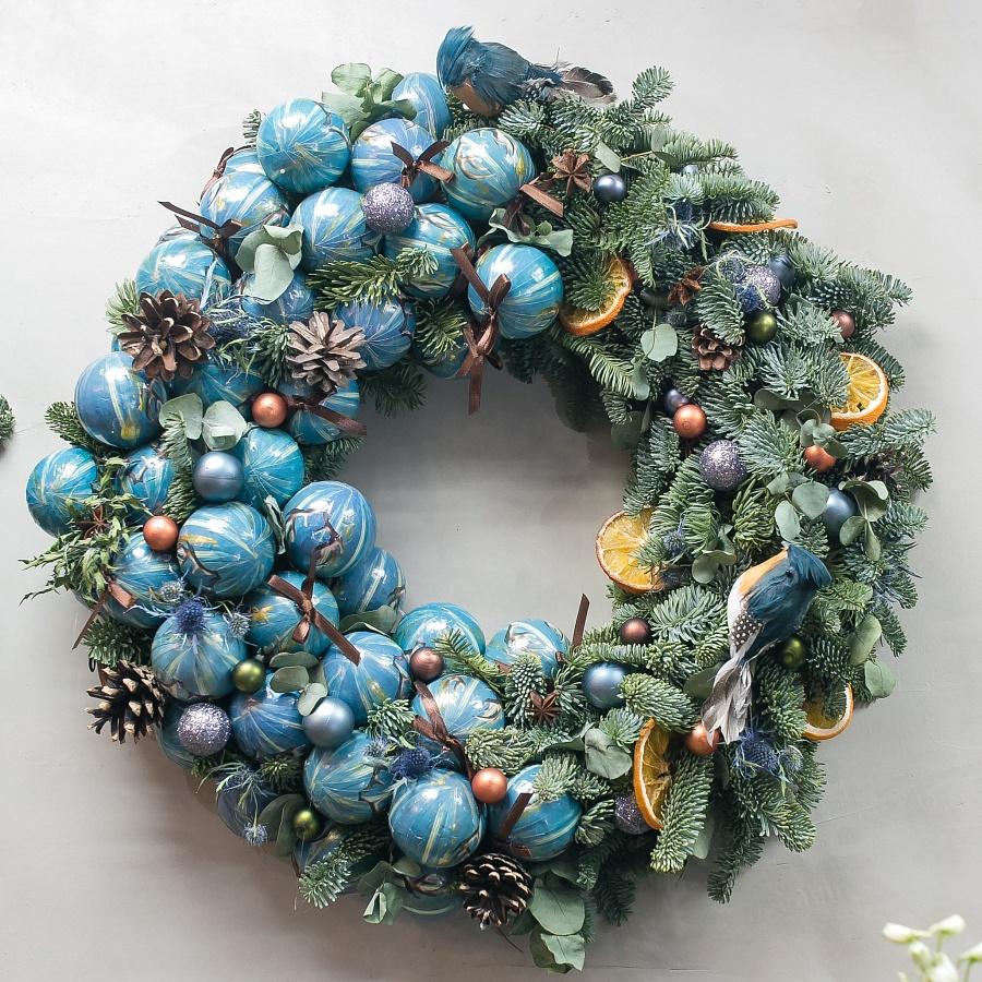 Рождественский венок с птицами и голубыми шариками