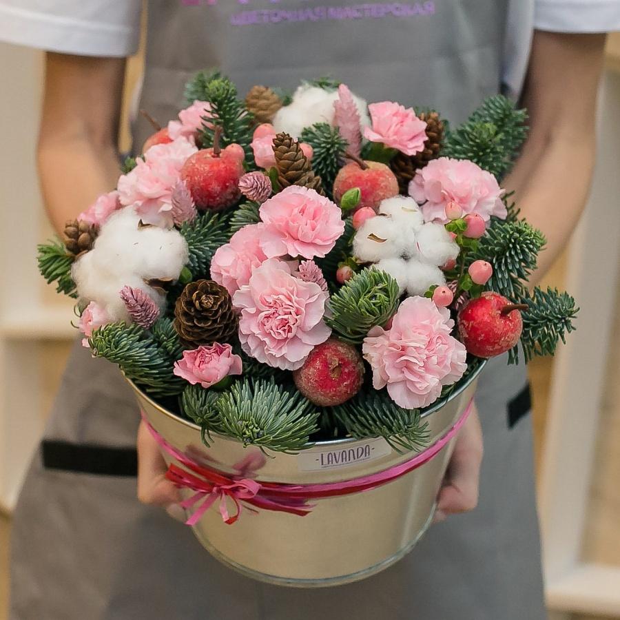 Новогодняя композиция с розовыми диантусами