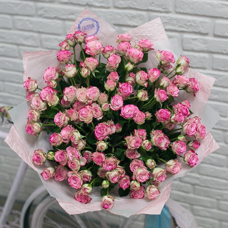 Розовый букет кустовых роз в крафте