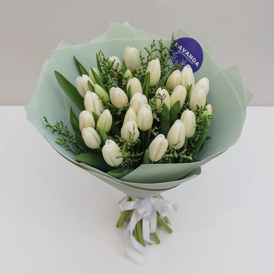 Букет из 27 белых тюльпанов и лимониума