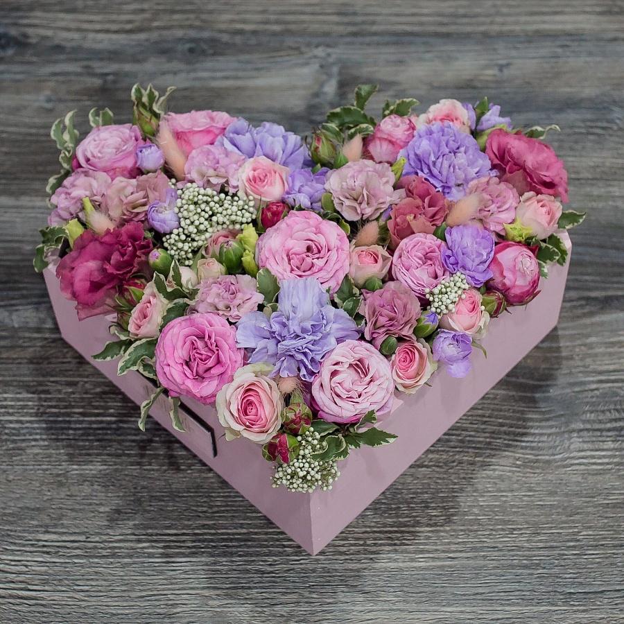 Композиция пионовидных роз с диантусами в форме сердца