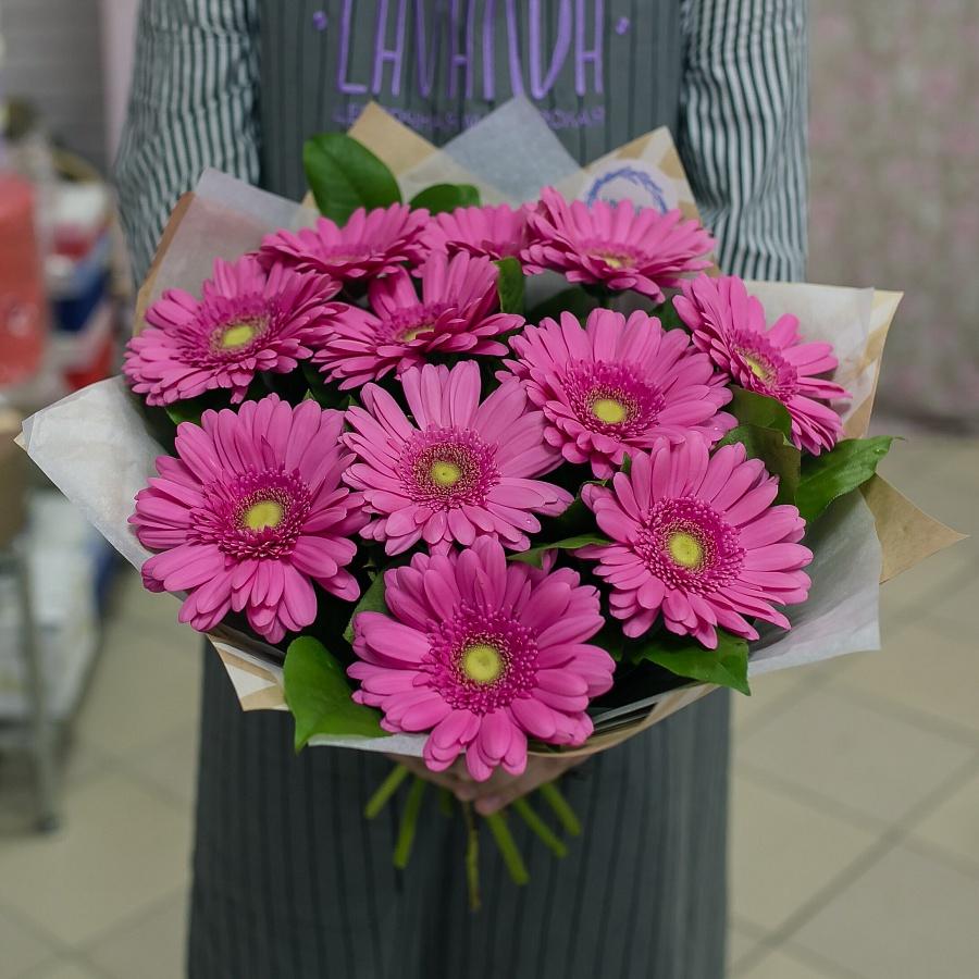 Милый букет розовых гербер  в крафте