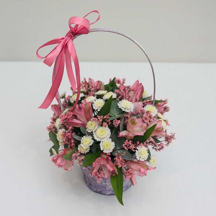 Цветочная корзинка с розовым лимониумом