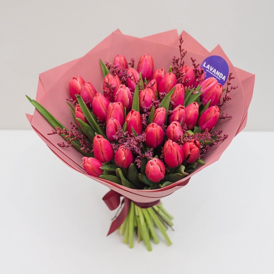 Букет красных тюльпанов и лимониума