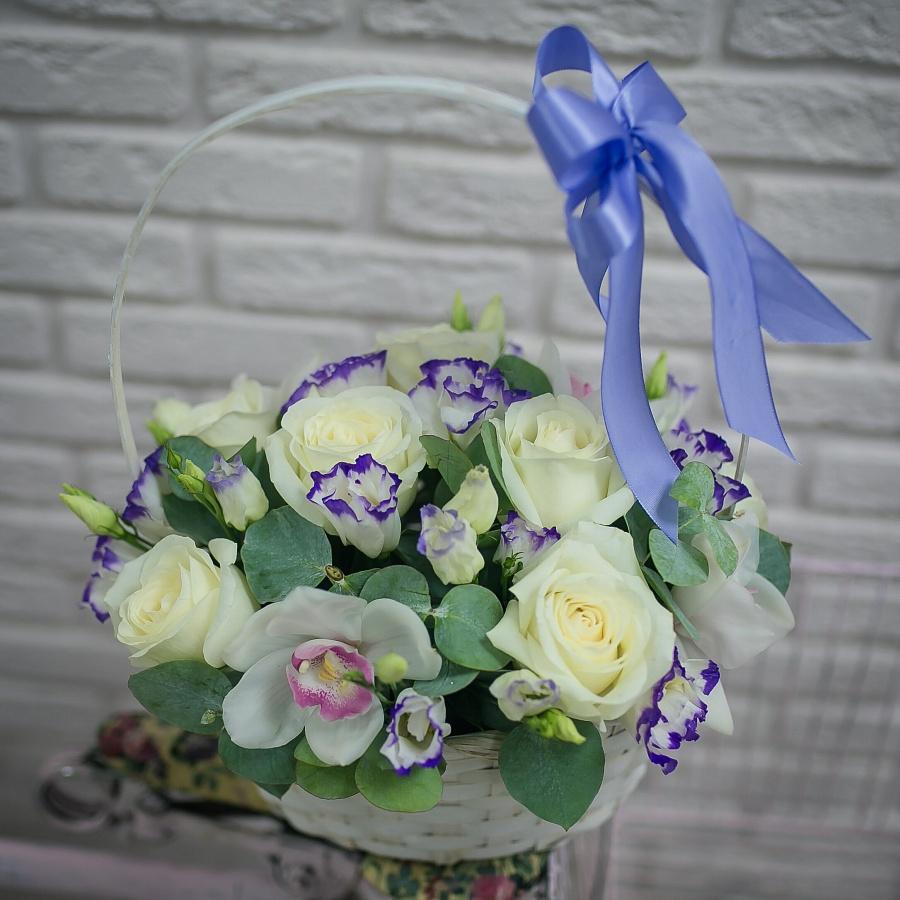 Белая корзина роз и эустом с орхидеями