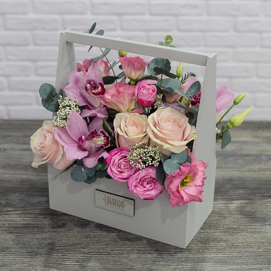 Композиция роз и орхидей с озотамнусом в ящике