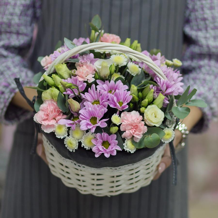 Цветочная корзина с нежными хризантемами и диантусами