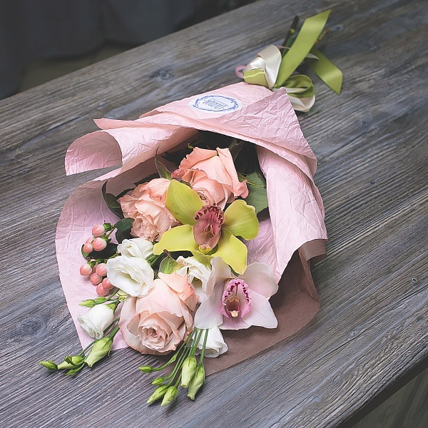 Сборный букет роз с орхидеями