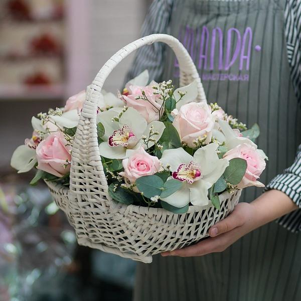 Цветочная корзина с белыми орхидеями