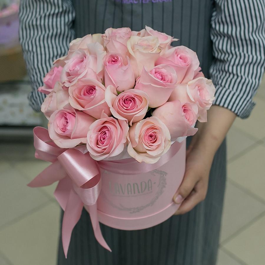 Розовая коробочка нежных роз