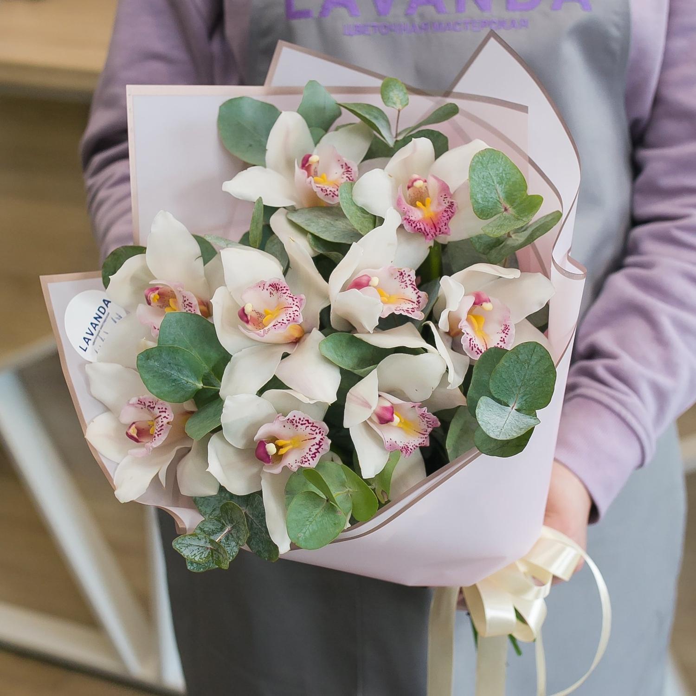 Букет белых орхидей с ароматным эвкалиптом