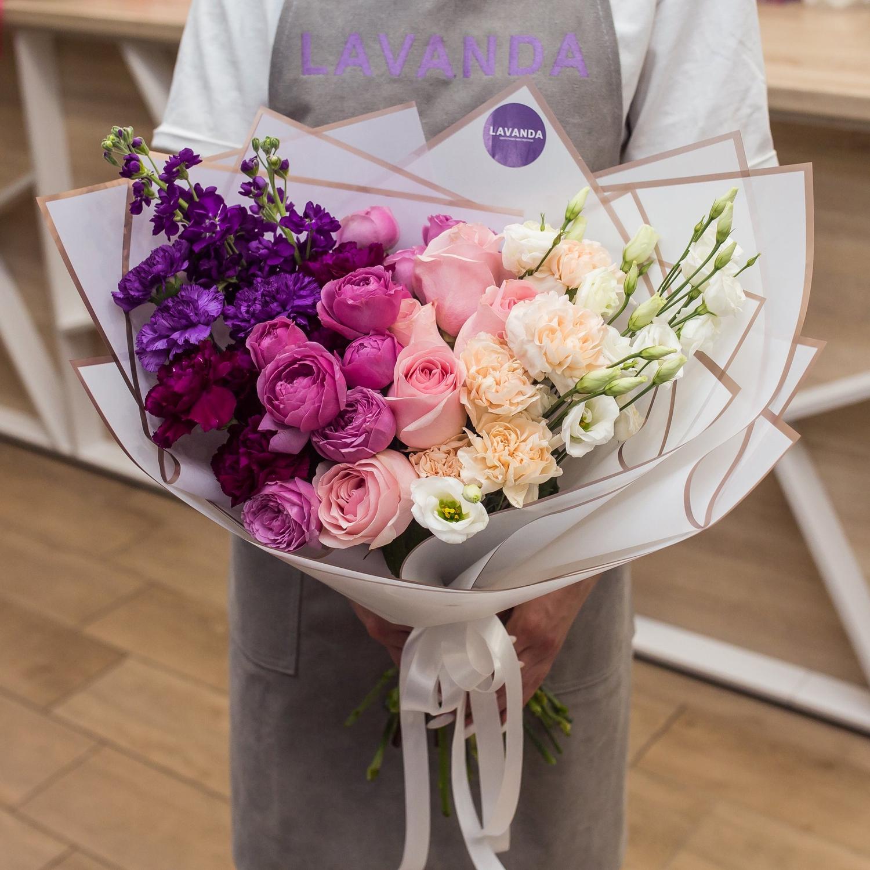 Букет градиент из маттиол, пионовидных роз, эустом и диантусов