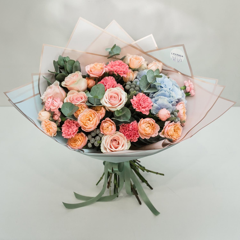 Букет нежных пионовидных роз, диантусов и гортензии