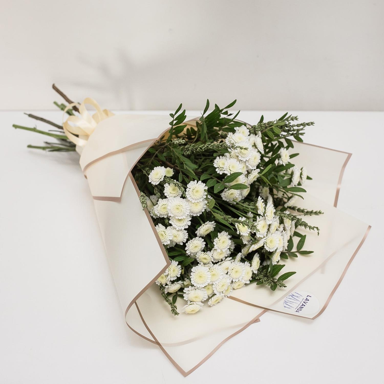 Ромашковые хризантемы с зеленой лавандой и фисташкой