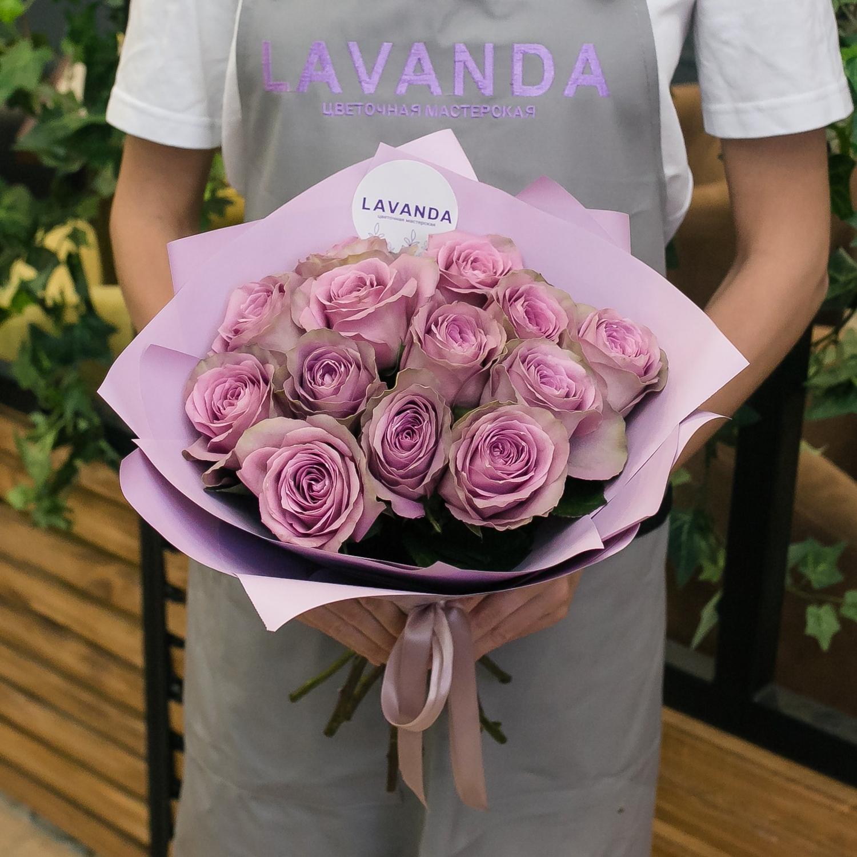 13 лиловых роз в матовой пленке