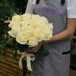 15 белых роз 50 см.