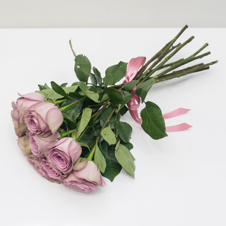 11 лиловых роз 50 см.