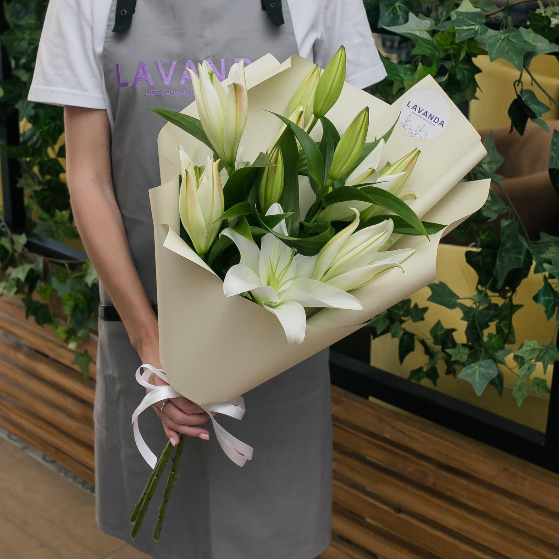 Белые лилии в матовой пленке