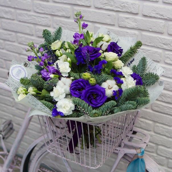 Зимний букет с фиолетовыми эустомами и матиоллой