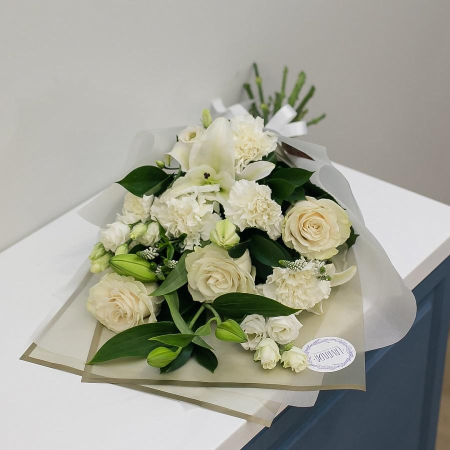 Белоснежный букет воздушных цветов