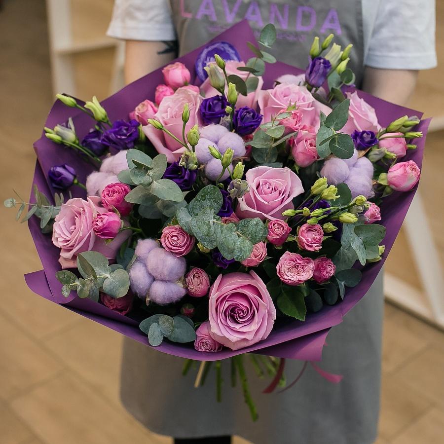 Фиолетовый букет роз, эустом и хлопка