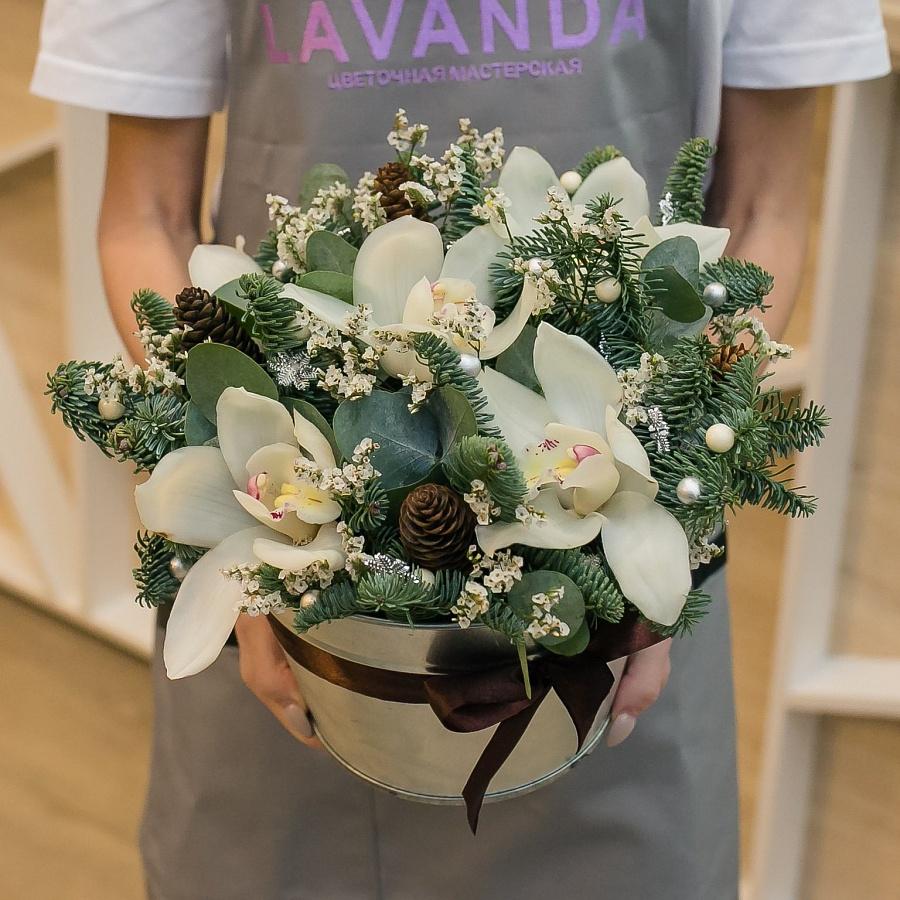 Новогодняя композиция с белыми орхидеями