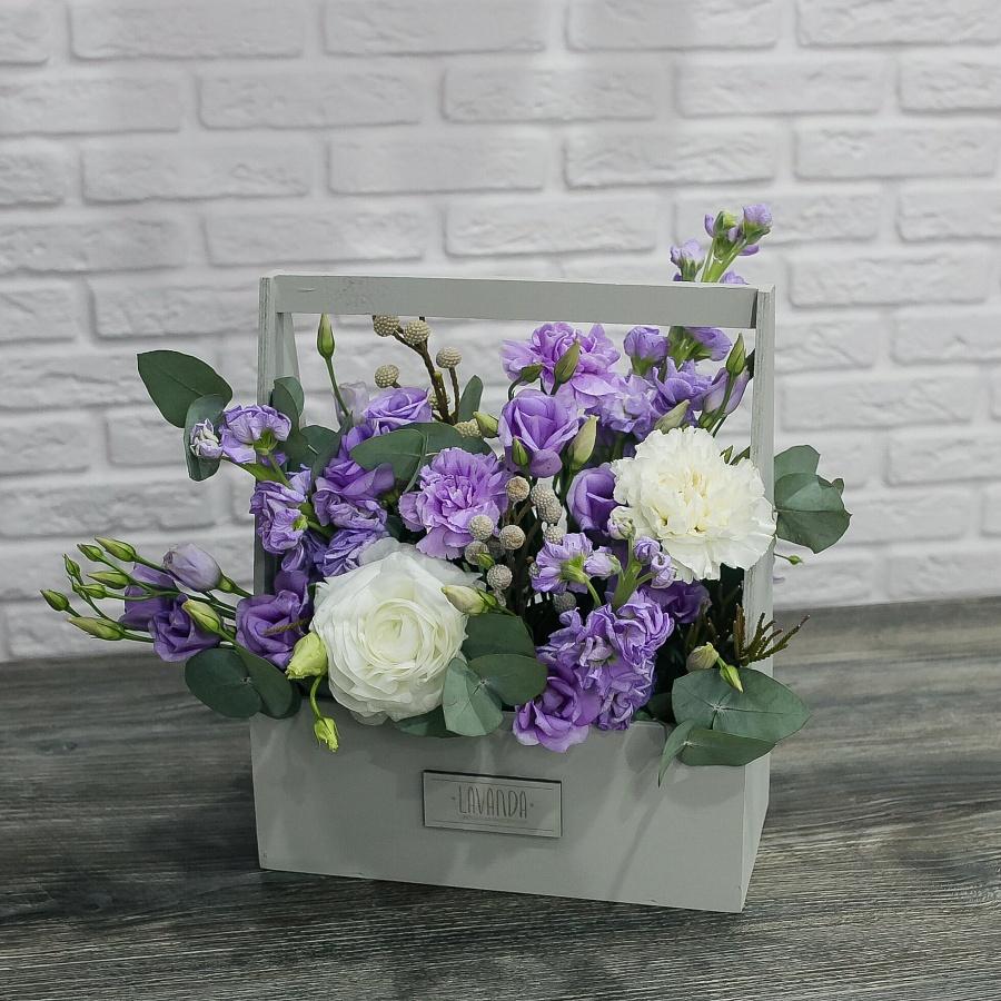 Фиолетовая композиция цветов в сером ящике