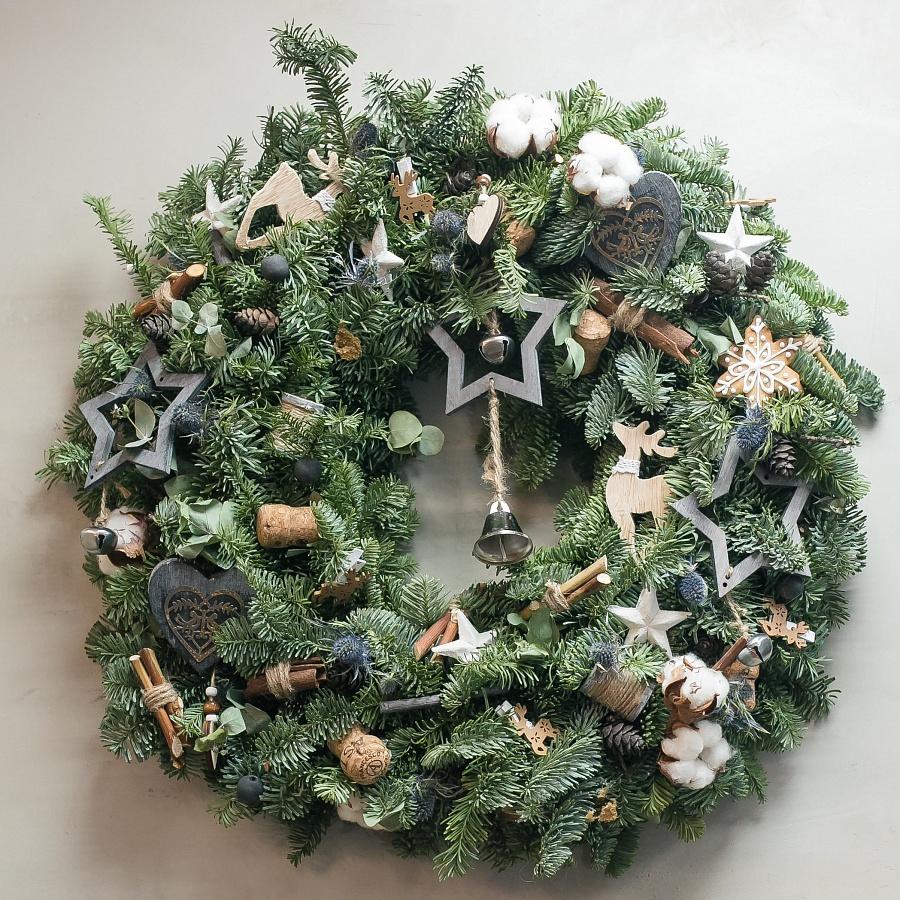 Рождественский венок с декором из дерева
