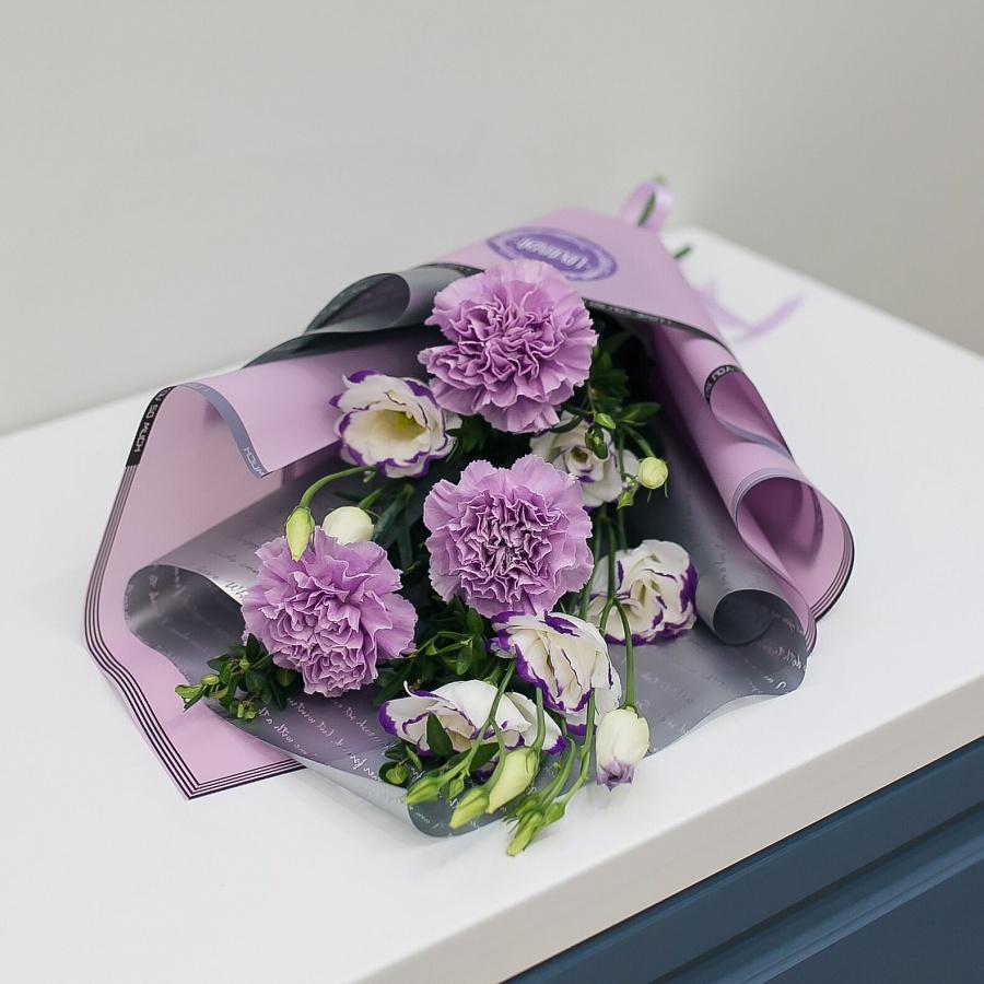 Букетик фиолетовых диантусов и эустом