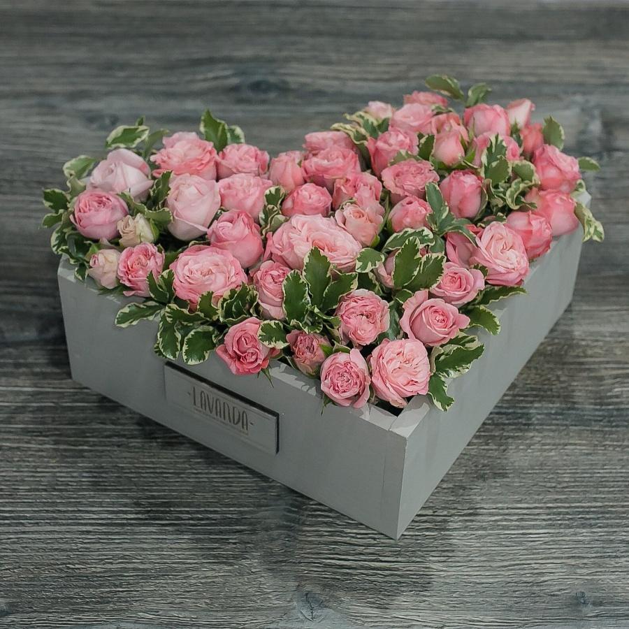 Композиция пионовидных роз в ящике