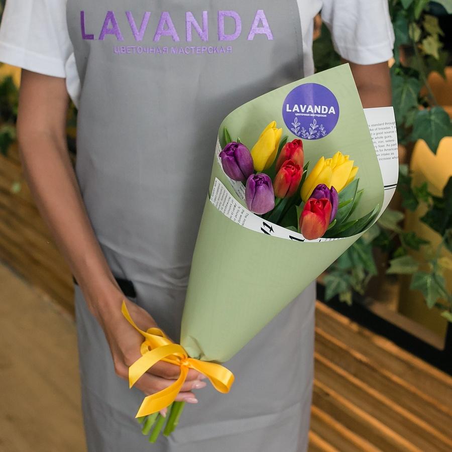 9 разноцветных тюльпанов в матовой пленке