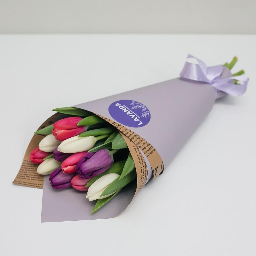 Букет 15 ярких тюльпанов в стильной пленке