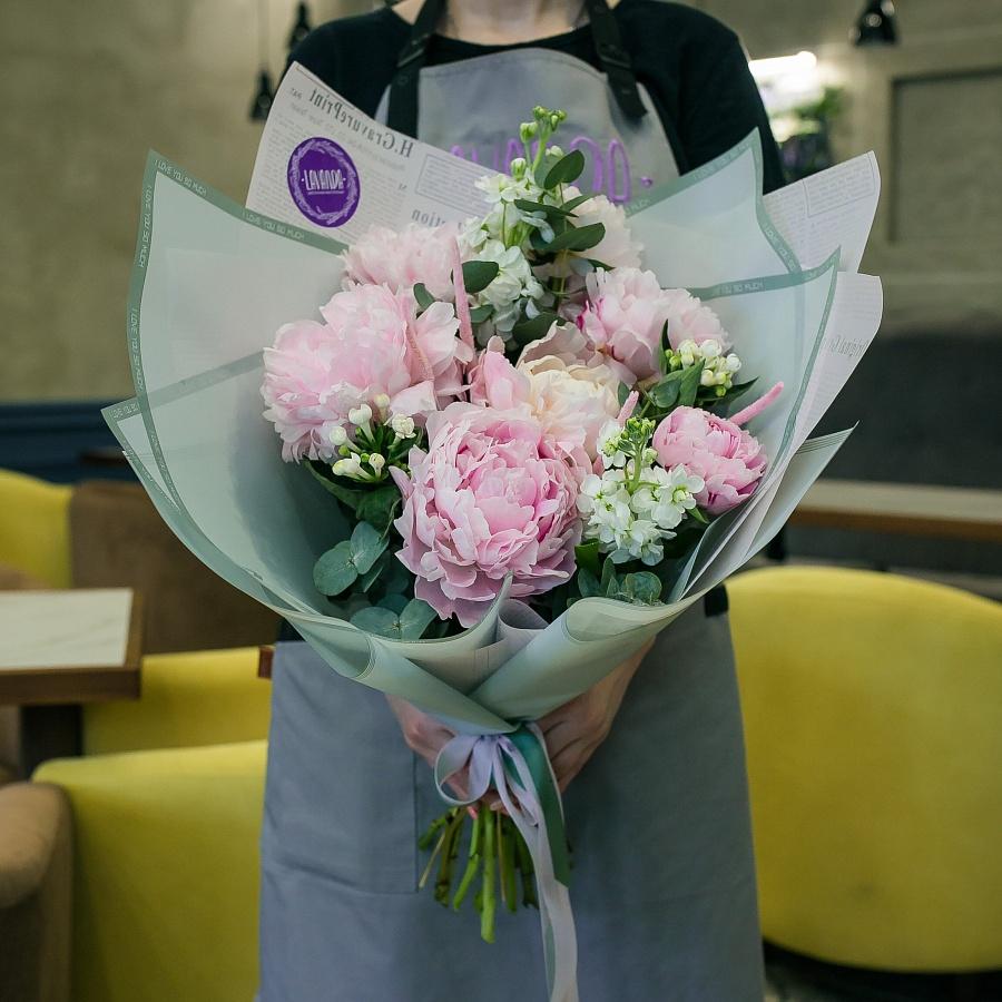 Букет розовых пионов с белой маттиолой