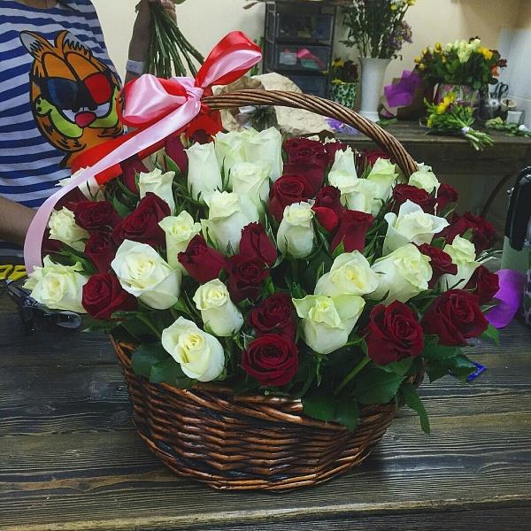 Цветочная корзина красных и белых розочек