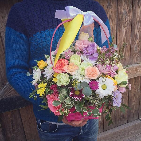Яркая корзина летних цветов