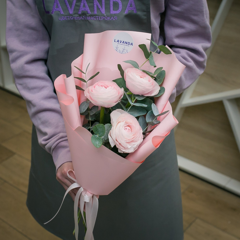 Розовые ранункулюсы с эвкалиптом