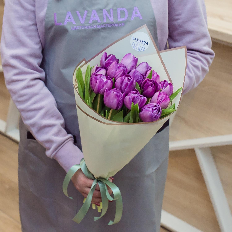 Букет фиолетовых пионовидных тюльпанов