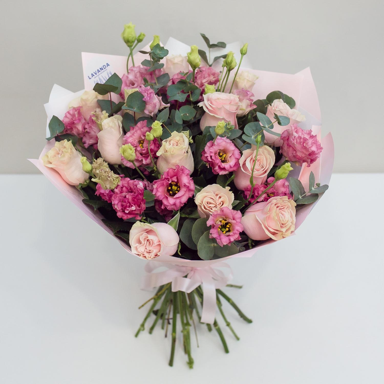 Букет нежных роз и кудрявых эустом в розовых оттенках